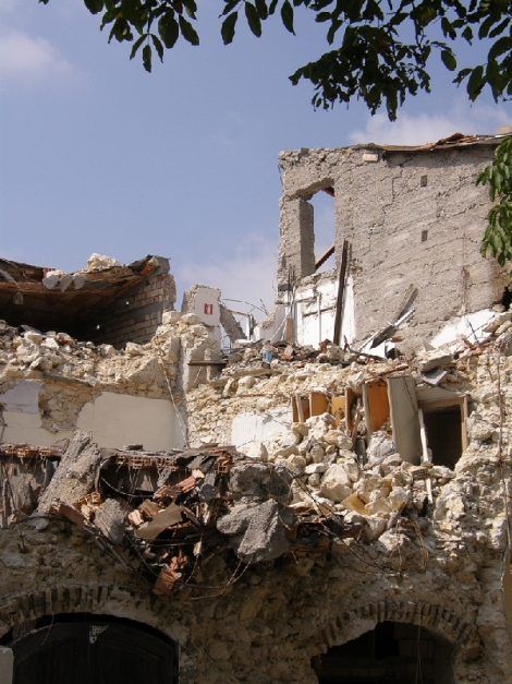 Damage to a building following the L'Aquila earthquake in 2009 (via Wikimedia Commons)